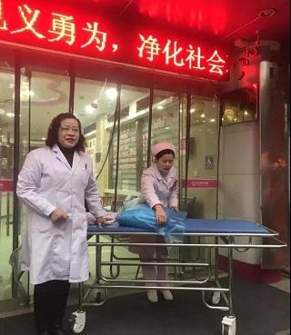 """孕妇临产交警助力 初雪中的一缕""""暖阳"""""""
